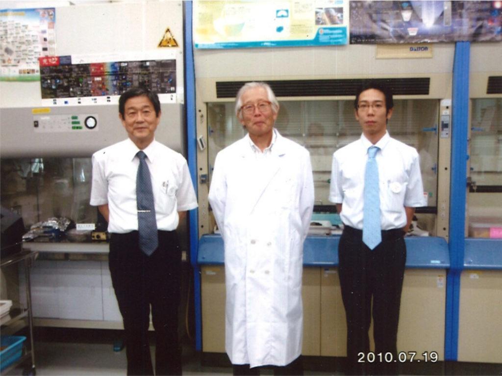 右から加藤先生、白川秀樹先生、当時の上司