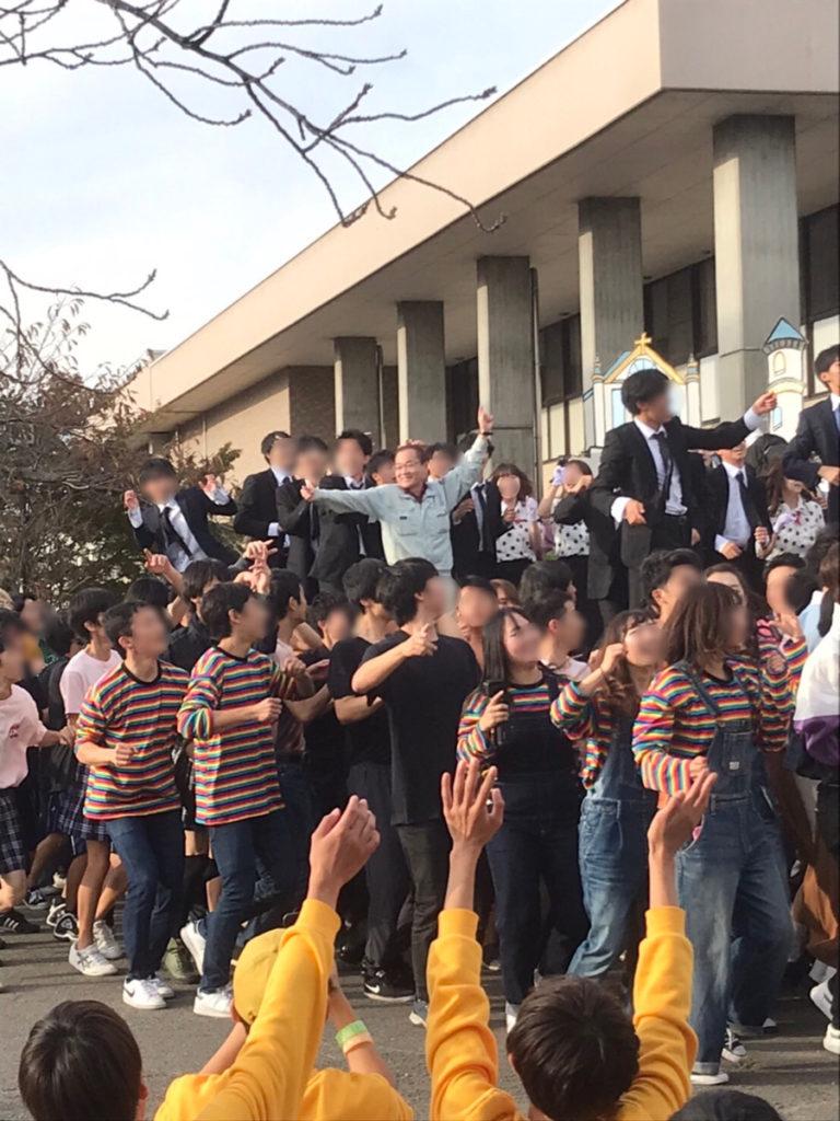 学生に囲まれて踊る兼松先生