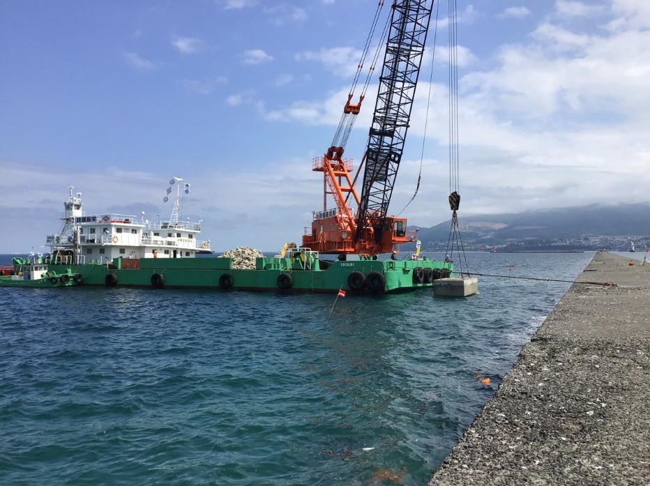 海上の土台にクレーンが載っている。