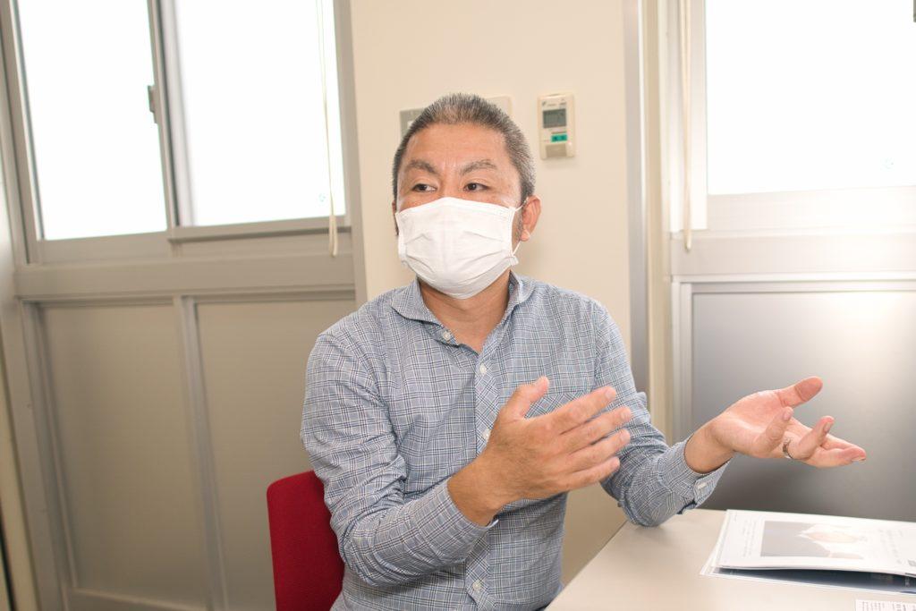 インタビューに答える野口先生