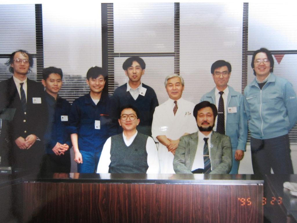NTT時代の研究グループ。9人の男性が並んでいる