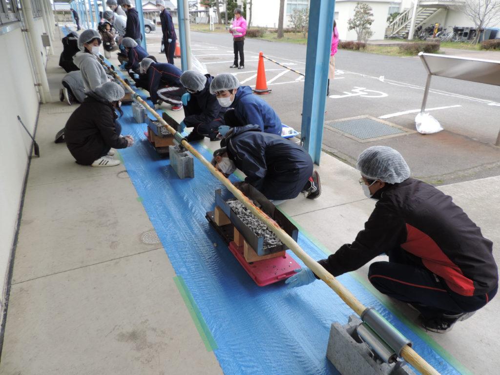 40メートルを超える長さのちくわを焼く学生たちの写真