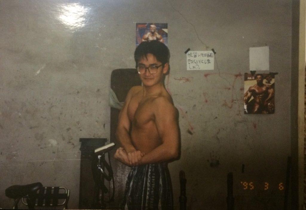 カメラの前でポーズをとるボディビル部だったころの谷藤先生