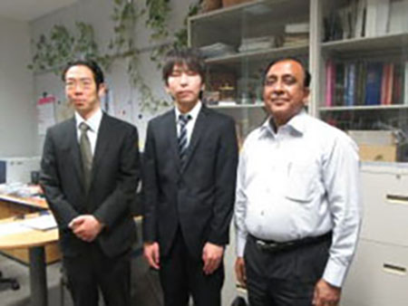 九工大研究室の見学の際、小山高専の加藤先生とパンディ先生の間に立つ黒川さん