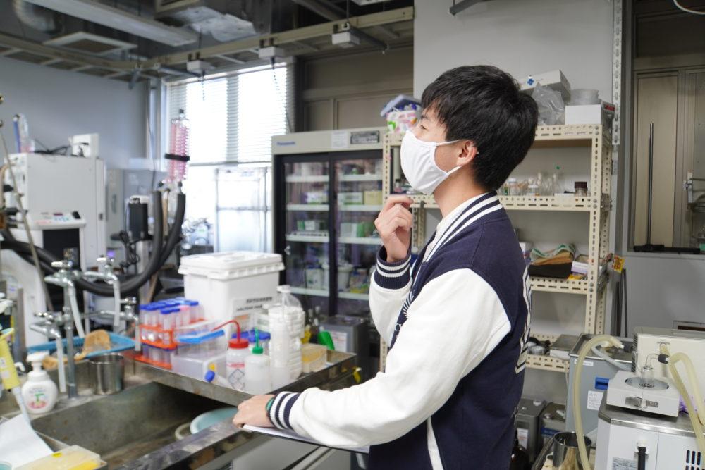 実験室に立つ男性
