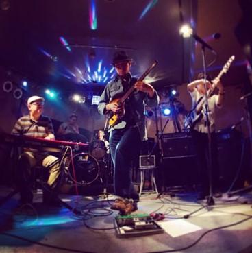 バンド活動の様子。左側キーボードを弾く黒木先生。