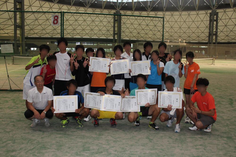 男女学生運動着姿で、手には賞状をいくつも持って撮った集合写真。