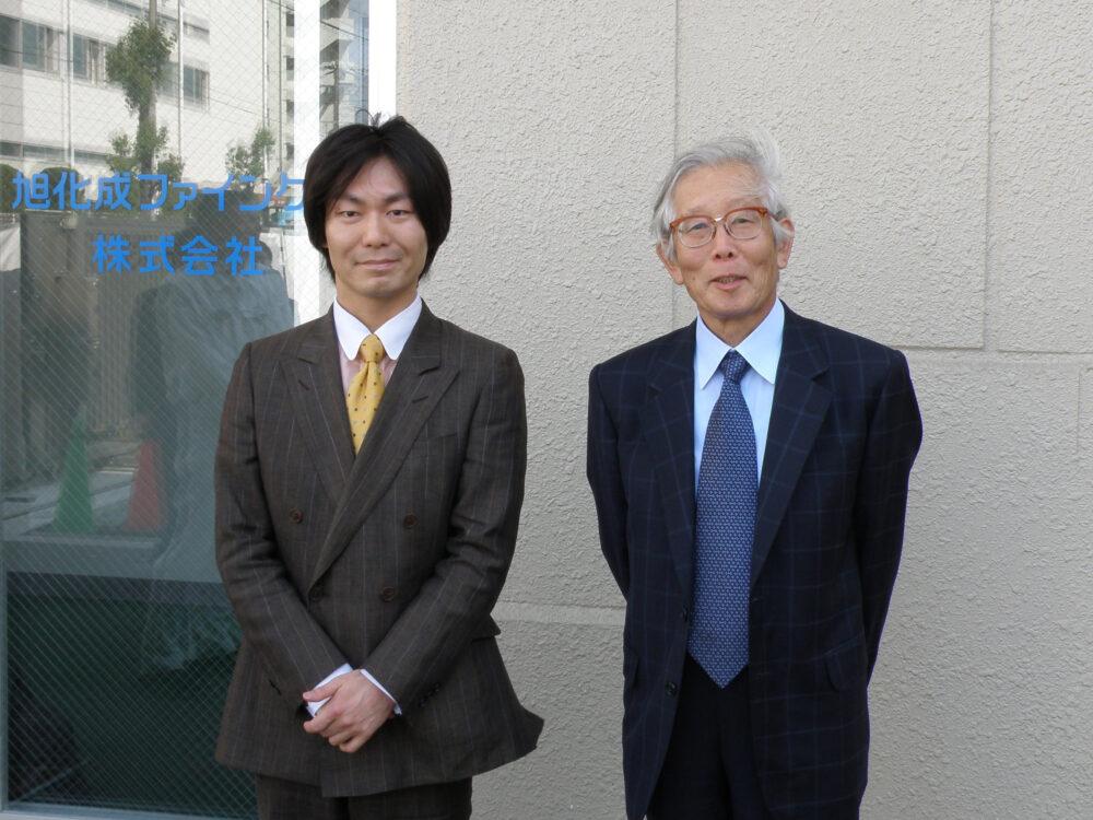 旭化成ファインケム株式会社に訪問した際撮影した写真。廣木先生と白川先生のツーショット。