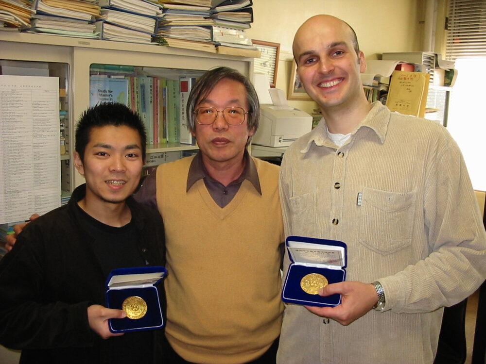 大学生時代の柳生先生。電気学会で受賞された際に撮影。金のメダルを手に。