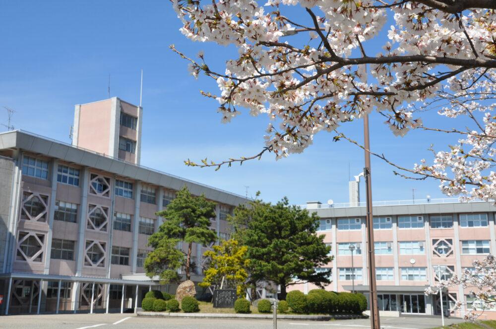 石川高専の校舎。手前には満開に咲くさくら。