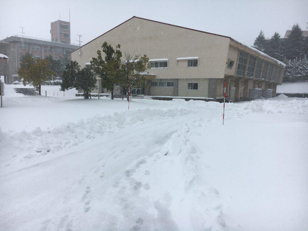 雪が50センチほど積もった雪景色の石川高専