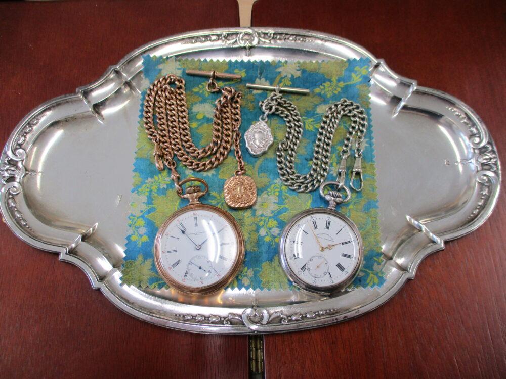 廣木先生愛用の懐中時計2点。左が金色、右が銀色のクラシックな時計。