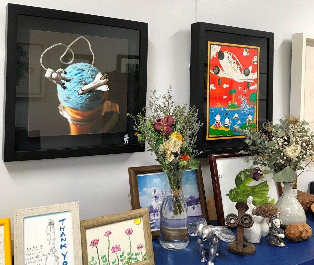 島名先生の研究室の一部。壁面にはセンス良く並べられたアートの数々。棚のうえにも写真たてに入れられたアートたち。