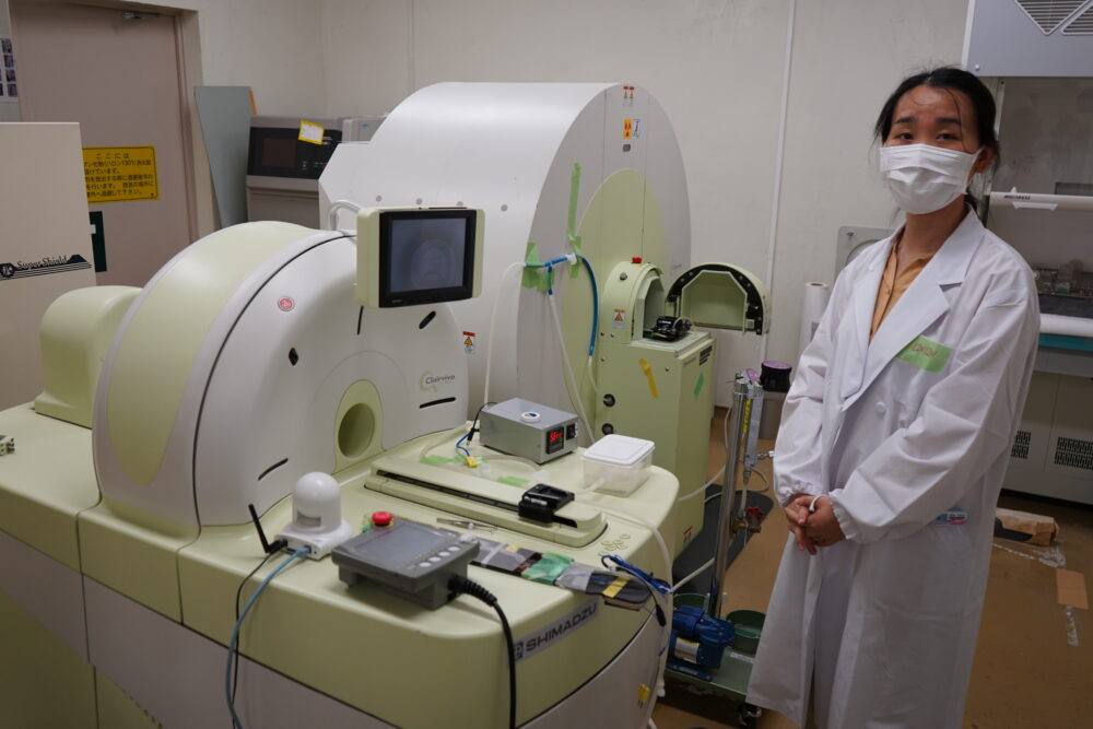 高価な放射線イメージング装置。 白色にクリーム色で、様々な装置がついている。