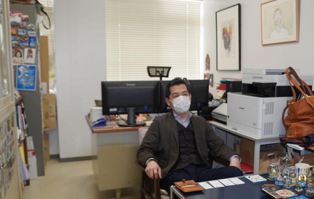 島名先生のアート溢れる研究室にてお話を伺いました。