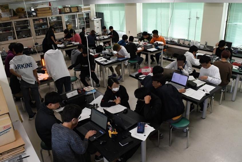 理科室で実験する生徒たち。