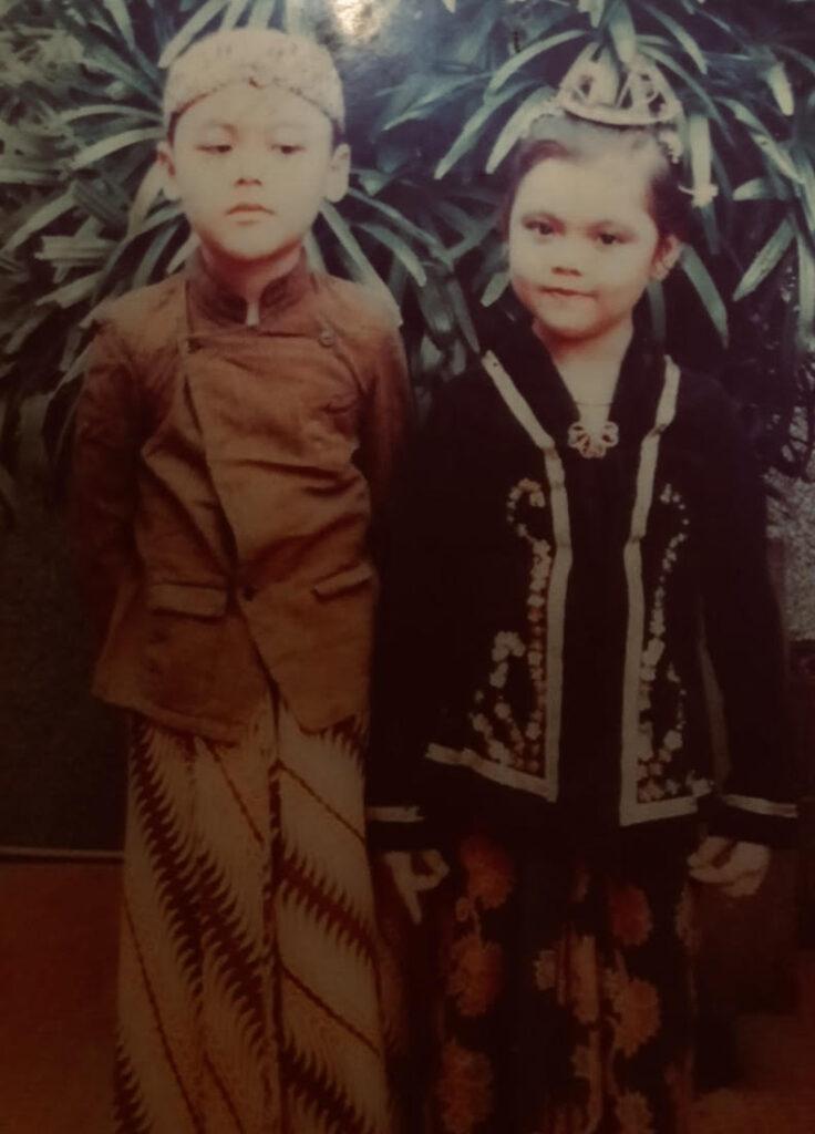 ジャワ民族の伝統衣装を身にまとったデフィン先生(当時小学3年生)と妹さん。