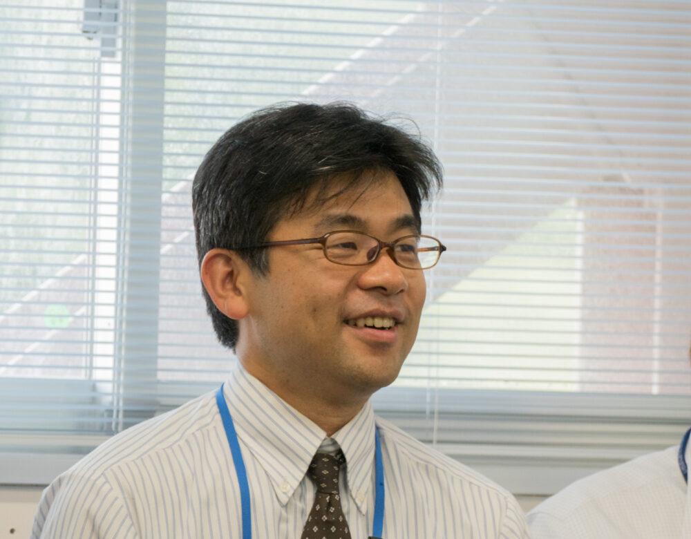 はにかんでいる小村先生のお顔の写真。