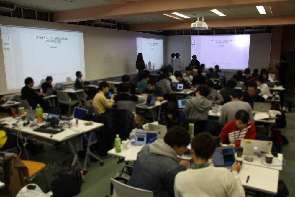 講座の全景。学生たちが思い思いにPCの前で話し合いながら学んでいる様子。
