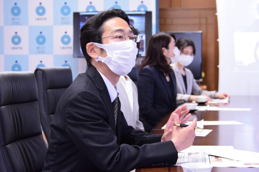 萩生田文科大臣の斜め隣に座る加藤先生が大臣と会話する様子。