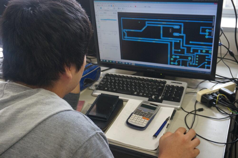 学生がPCに向かっている姿。CADで設計中。