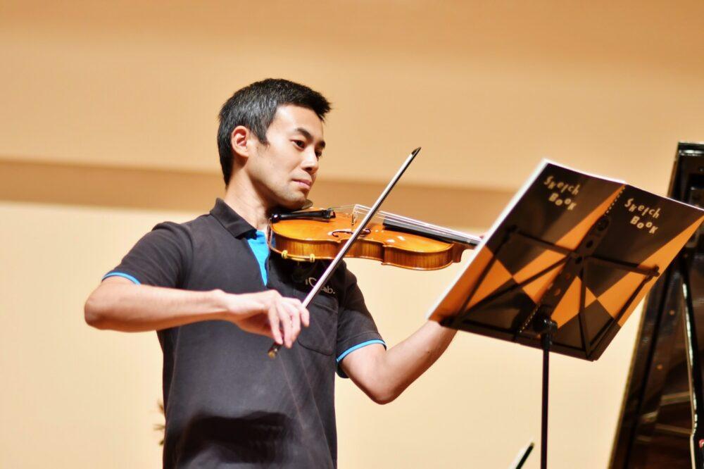 真剣な眼差しでバイオリンを奏でる清水先生。
