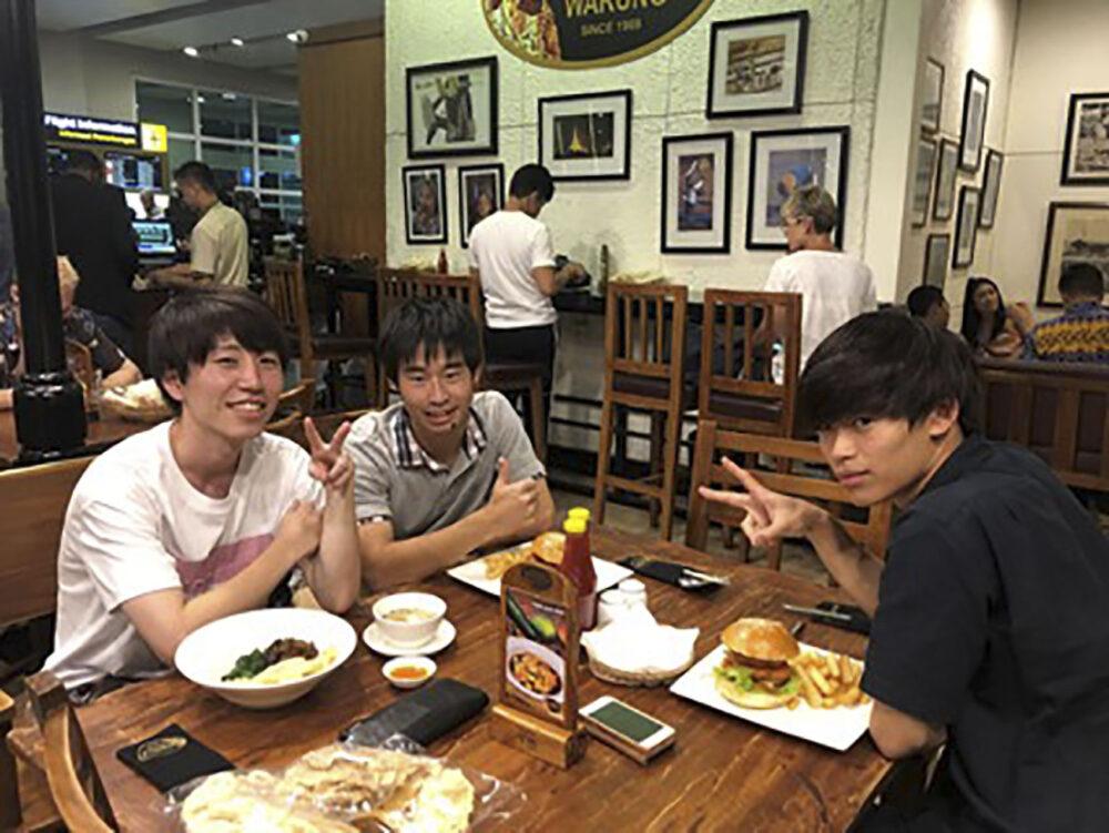 同級生と食事をする風景。