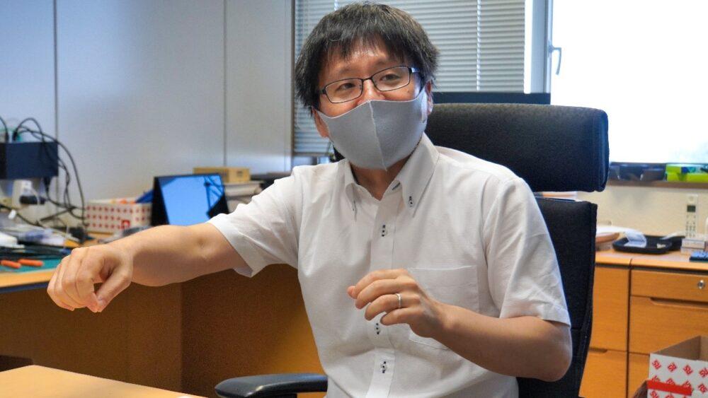 研究についてお話する池本先生。