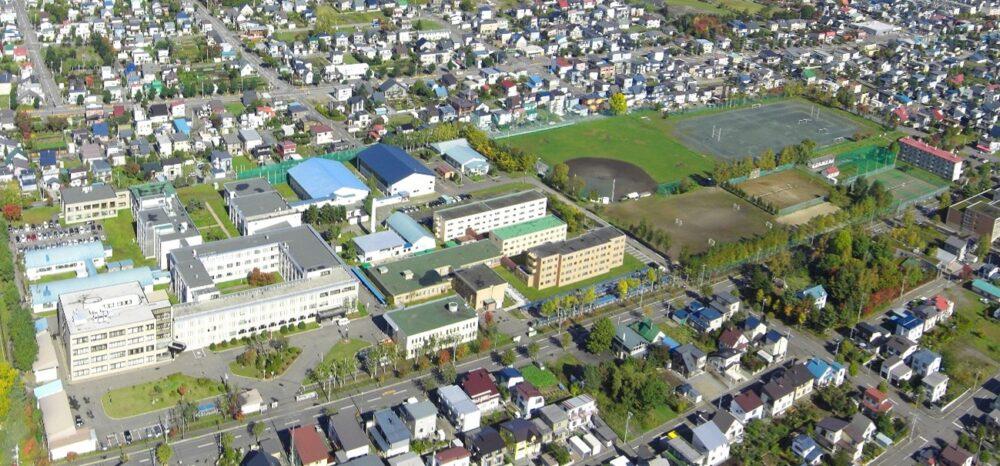 旭川高専の空からの風景。住宅街の近くにある。