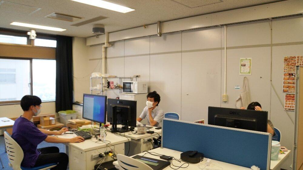 研究室に集まる学生たち。