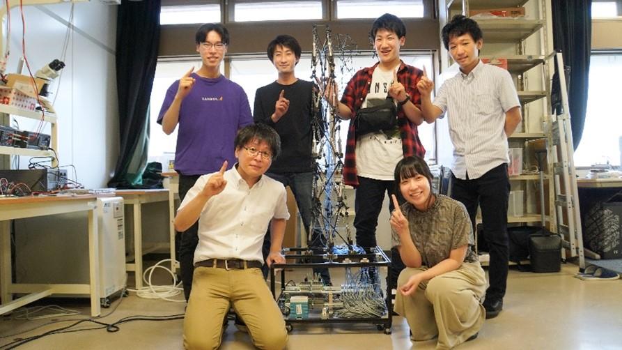 研究室の学生たちとの集合写真。