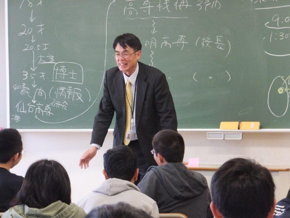 笑顔で教壇に立つ高橋校長先生