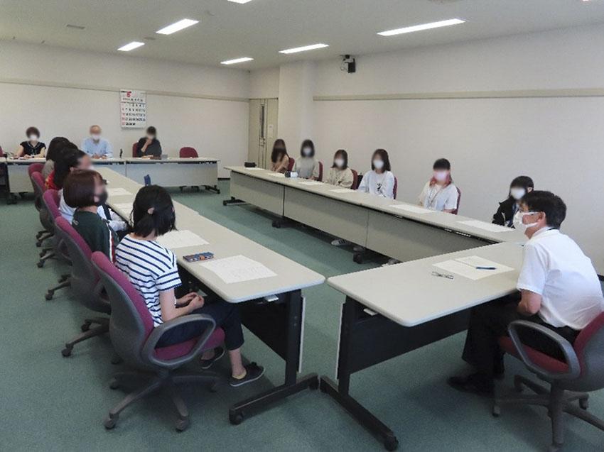 女子学生の話を聞く懇談会