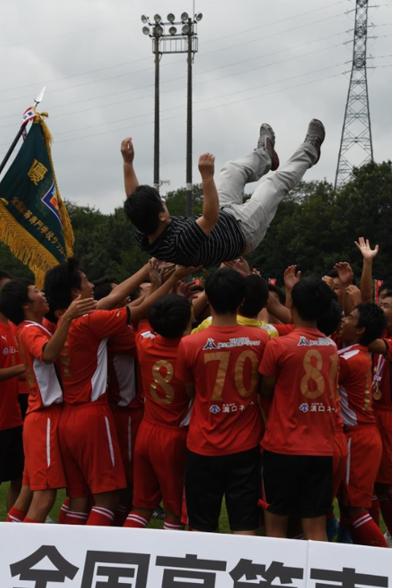 鹿児島高専サッカー部が全国大会で優勝し胴上げされる先生。