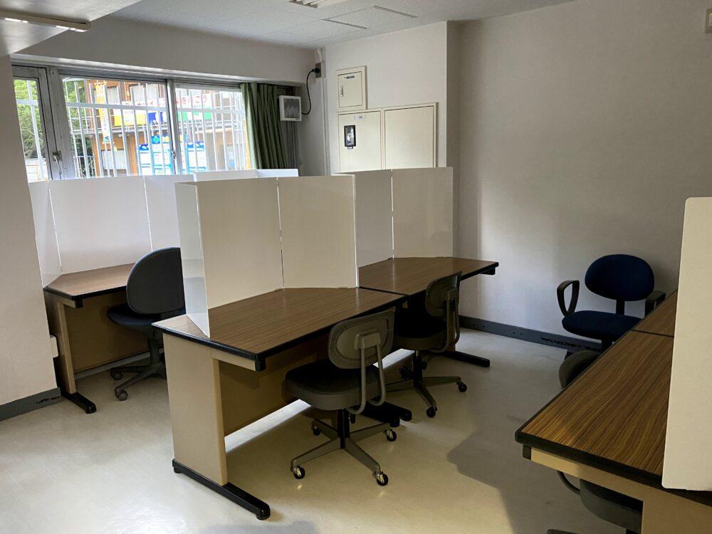 並行式のデスクが並ぶ自習室。