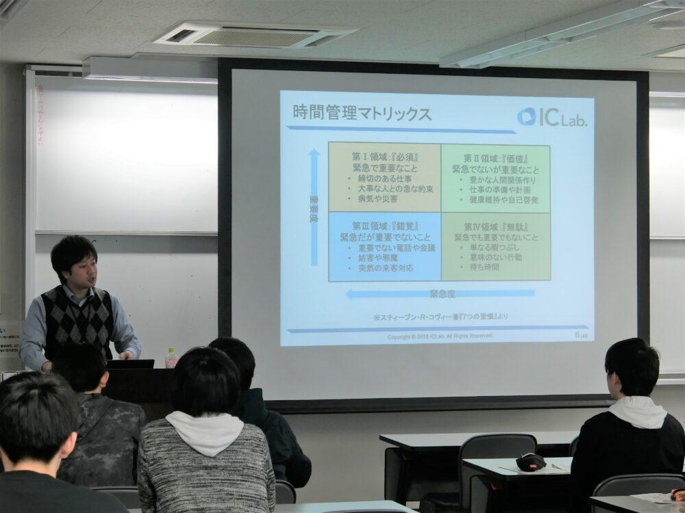 スライドをモニターに映して講演する野口先生。