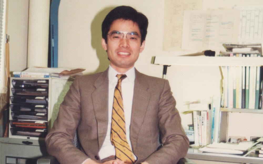 神戸高専着任当時の研究室に座る赤対先生。