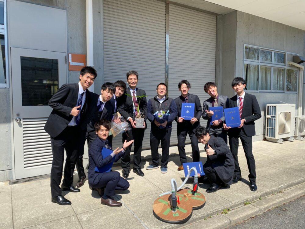 卒業生たちと記念撮影。