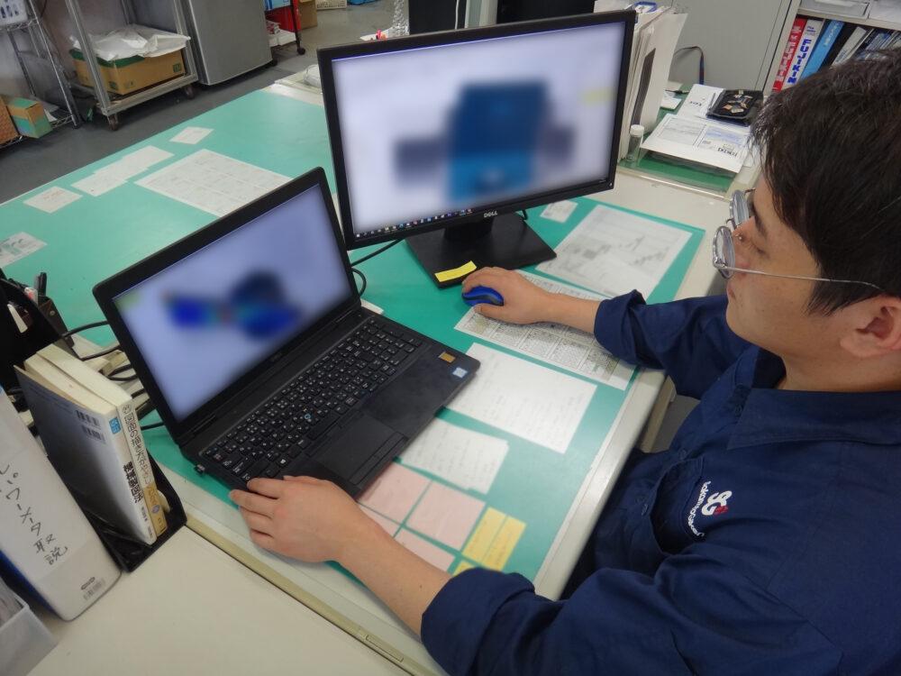 川村さんがPCで流体のシミュレーションをしている様子。