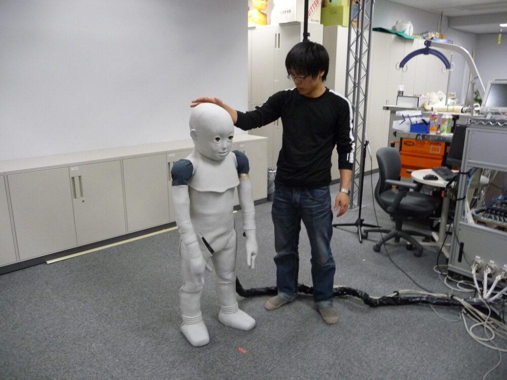 石黒研究室で、ロボットの研究をしている、学生時代の池本先生