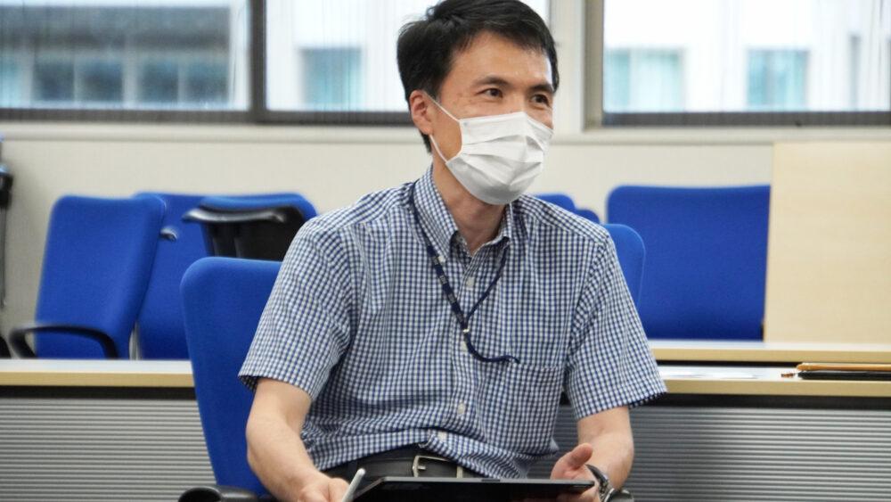 タブレットペンでメモをしながら取材を聞く神谷先生。