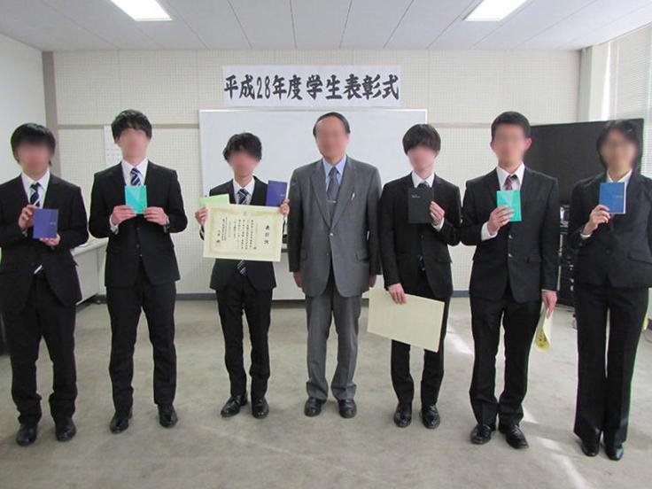 校長表彰を受ける男子学生6名。