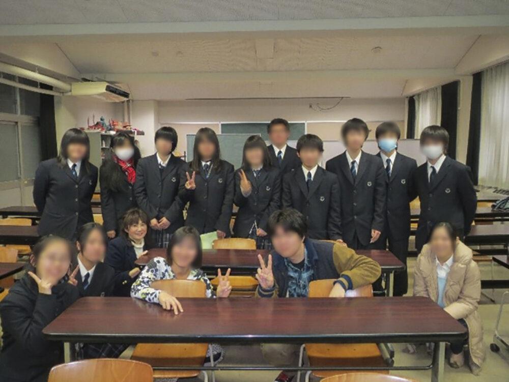 卒業生を招いた女子会の写真。