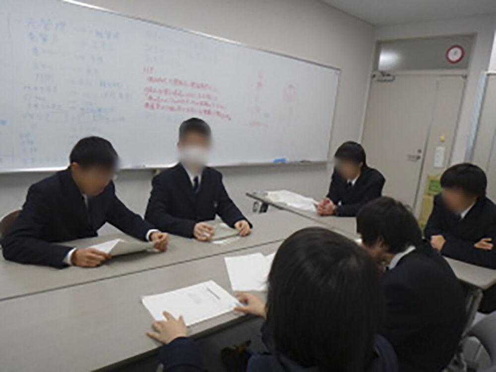 高専手帳の打ち合わせをする学生たち。