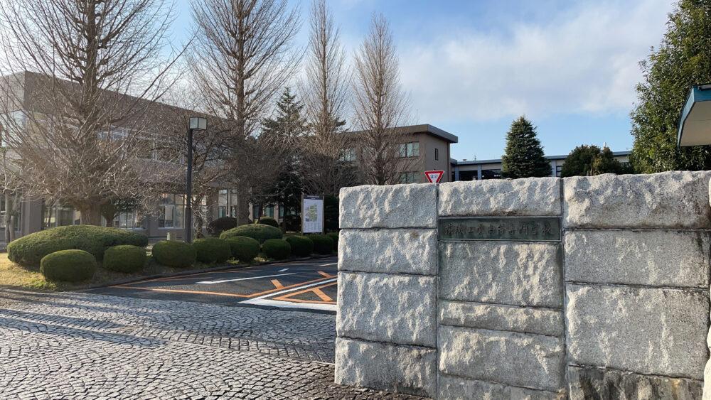 茨城高専の校門から校内を写した写真。
