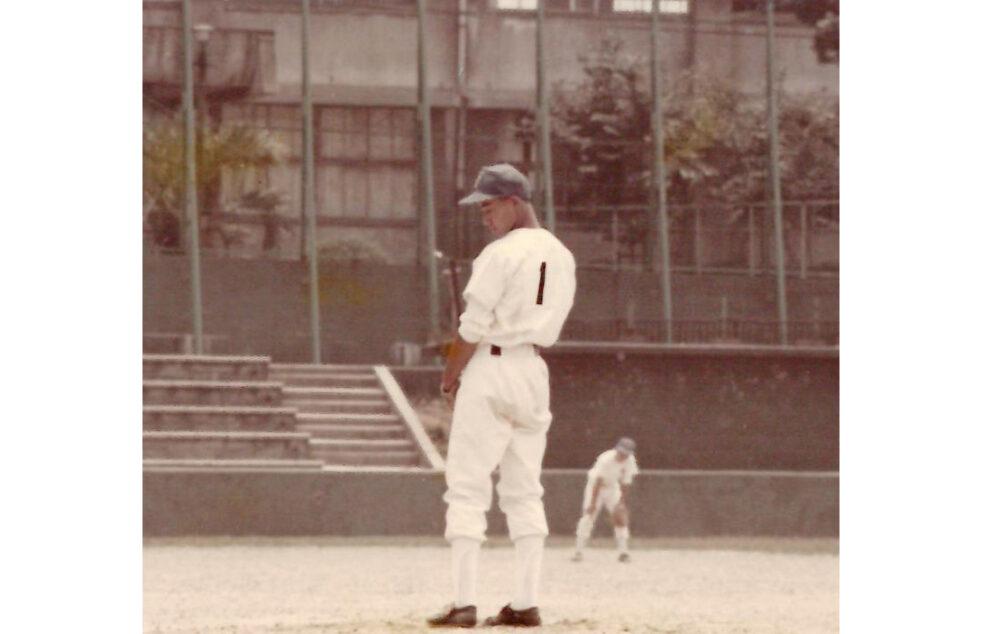 野球少年時代の池松先生。マウンドで投げる前のポージング。