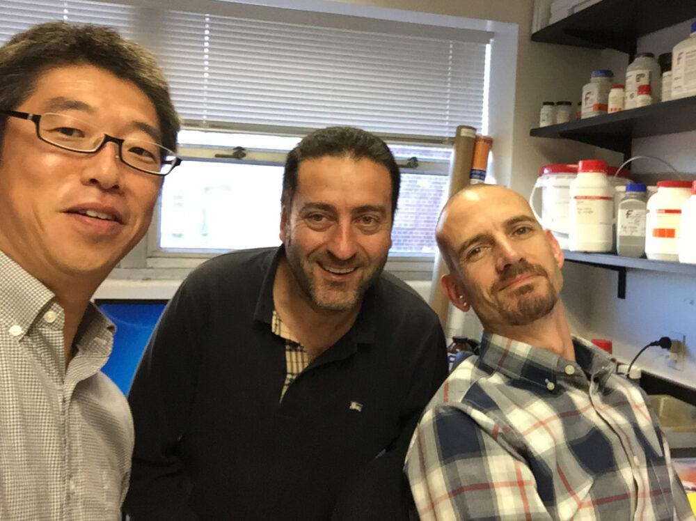 3人の男性。一番左に奥野先生