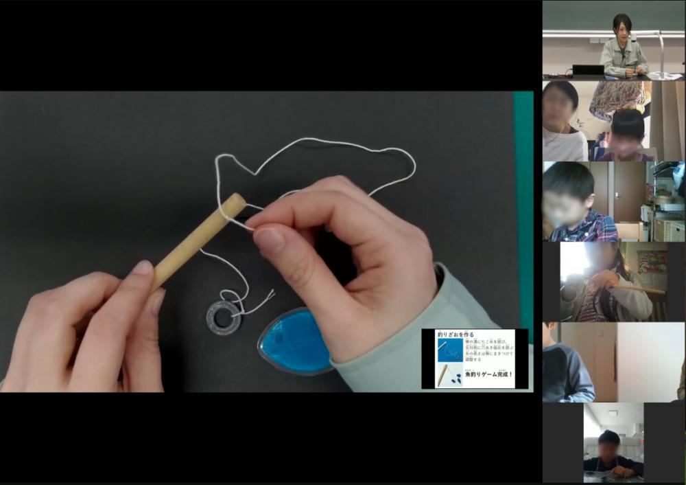オンライン授業で、手元を映している。棒に糸を付けて魚釣りができるように