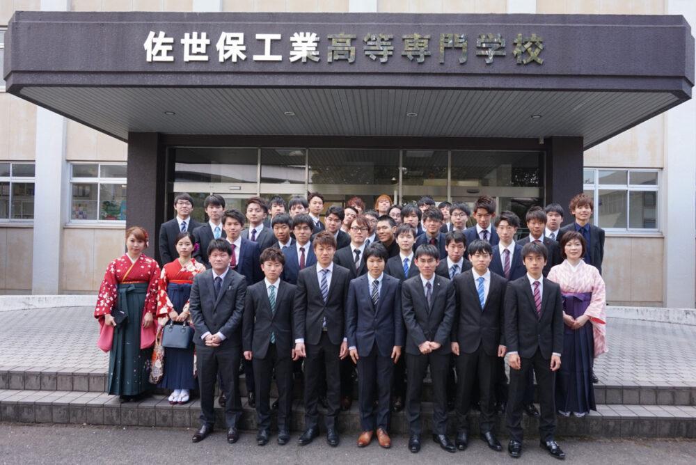 佐世保高専メイン入口で、卒業式の日に学生さんたちと記念撮影