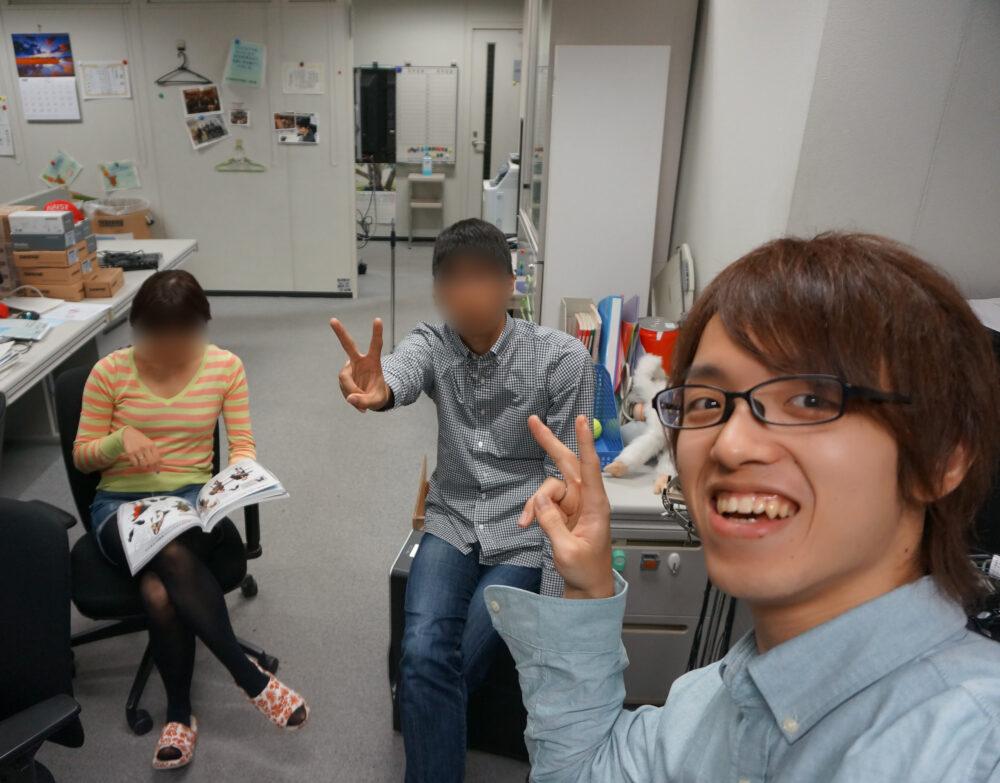 北村先生の自撮り。同じ研究室の友人らとともに
